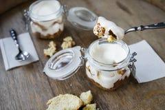 Tre dolci del latte, leches dei tres agglutinano con la noce di cocco Dessert tradizionale di America Latina Fotografie Stock