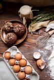 Tre dolci pronti vicino al vassoio con le uova sul tavolo da cucina immagini stock libere da diritti