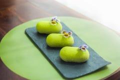 Tre dolci verdi della mousse coperti di glassa del velluto fotografie stock