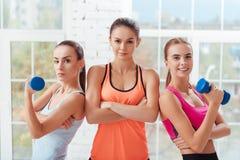 Tre donne attive che posano dopo l'allenamento Fotografia Stock Libera da Diritti