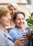 Tre donne che bevono tè al balcone Fotografia Stock Libera da Diritti