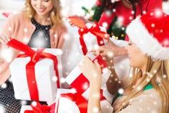 Tre donne che tengono molti contenitori di regalo Fotografia Stock