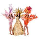 Tre donne del ballerino di carnevale che ballano contro Immagine Stock Libera da Diritti