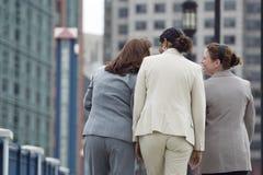 Tre donne di affari che camminano insieme. Fotografia Stock Libera da Diritti