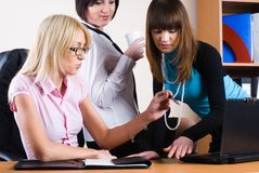 Tre donne di affari graziose immagine stock