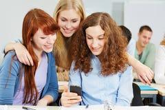 Donne che controllano media sociali Fotografie Stock Libere da Diritti