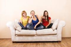 Tre donne felici su un salotto Fotografia Stock Libera da Diritti