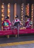 Tre donne giapponesi che si siedono in kimono Fotografia Stock
