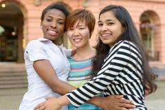 Tre donne multiculturali che si abbracciano Fotografie Stock Libere da Diritti