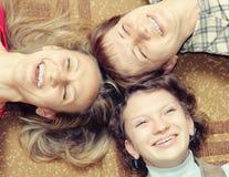 Tre donne stanno avendo divertimento Fotografie Stock Libere da Diritti