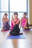 Tre donne in una posa di yoga Fotografia Stock