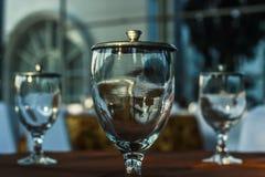 Tre exponeringsglas av vatten på tabellen arkivbilder