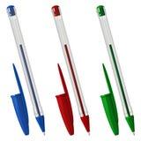 Tre färgade plast- kulspetspennor med lock, i ett genomskinligt sexhörnigt fall vektor illustrationer