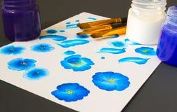 Tre färger för akrylmålarfärg och plana borstar Grundläggande en slaglängdmålning, målningslaglängder som förklaras för nybörjare Arkivbild