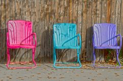 Tre färgrika tomma gräsmattastolar Royaltyfria Bilder