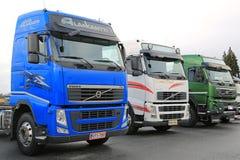 Tre färgrika Volvo lastbilar Arkivfoto