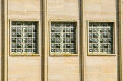 Tre fönster i industribyggnad Arkivfoton