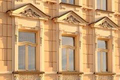 Tre fönster med dekorativ garnering Arkivbilder