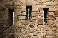 Tre fönsterhål på ett medeltida vaggar fästningen Arkivfoton