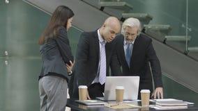 Tre företags ledare som möter i modernt kontor royaltyfria foton