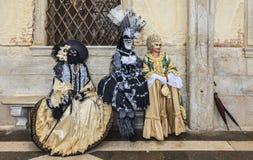 Tre förklädda personer - Venedig karneval 2014 Arkivbilder