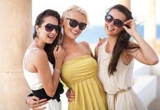 Tre förtjusande kvinnor Royaltyfri Bild