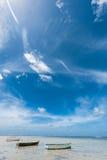 Tre fartyg på stranden i Seychellerna Lågvatten av Indiska oceanen arkivfoton