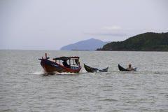 Tre fartyg seglar vid havet arkivbilder