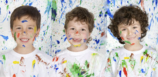 Tre felici e bambini dipinti Immagine Stock