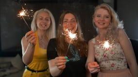 Tre femmine felici del dancing con le stelle filante stock footage