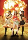 Tre femmine militari che stanno vicino all'esplosione di armi atomiche Fotografia Stock Libera da Diritti