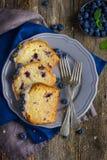 Tre fette di mirtillo agglutinano con la glassa dello zucchero e il berrie fresco fotografia stock libera da diritti