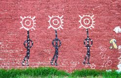 Tre figure dal murale del nativo americano sul muro di mattoni a Tulsa Oklahoma U.S.A. circa 2010 fotografia stock
