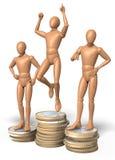 Tre figure, uomini che posano sul podio del vincitore s, hanno composto delle monete Fotografie Stock