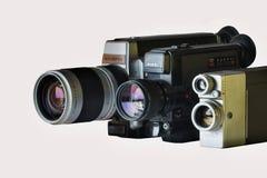 Tre filmkameror -8mmSuper 8mm- på en vit bakgrund royaltyfri bild