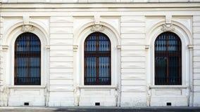 Tre finestre con gli ornamenti del belvedere immagine stock libera da diritti