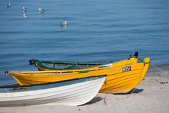 Tre fishermansfartyg på stranden arkivbilder