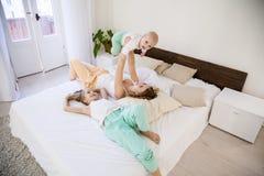 Tre flickasystrar i morgonen i sovrummet royaltyfri bild