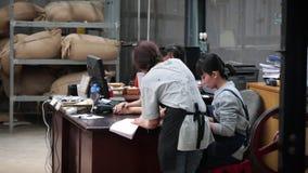 Tre flickor arbetar i en fabrik lager videofilmer