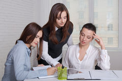 Tre flickor i formell kläder rymmer ett möte Arkivfoton