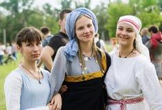 Tre flickor i medeltida dräkter arkivfoton