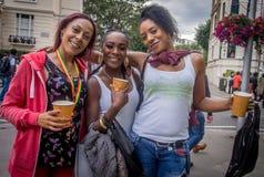 Tre 3 flickor på den Notting Hill karnevalet i London Royaltyfri Foto