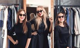 Tre flickor på shoppingen royaltyfria foton