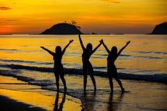 Tre flickor på stranden Fotografering för Bildbyråer
