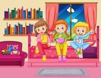 Tre flickor som äter mellanmålet i sovrum Royaltyfri Foto