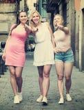 Tre flickor som går i stad royaltyfria bilder