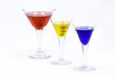 Tre färgrika drinkar som isoleras mot en vitbakgrund royaltyfri foto