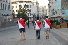 Tre fotbollsfan i t-skjortor med inskriften Egypten och numret tio royaltyfri bild