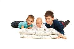 Tre fratelli felici che si trovano giù Immagini Stock Libere da Diritti