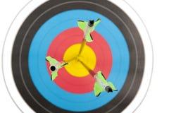 Tre frecce nell'obiettivo di tiro con l'arco Fotografie Stock